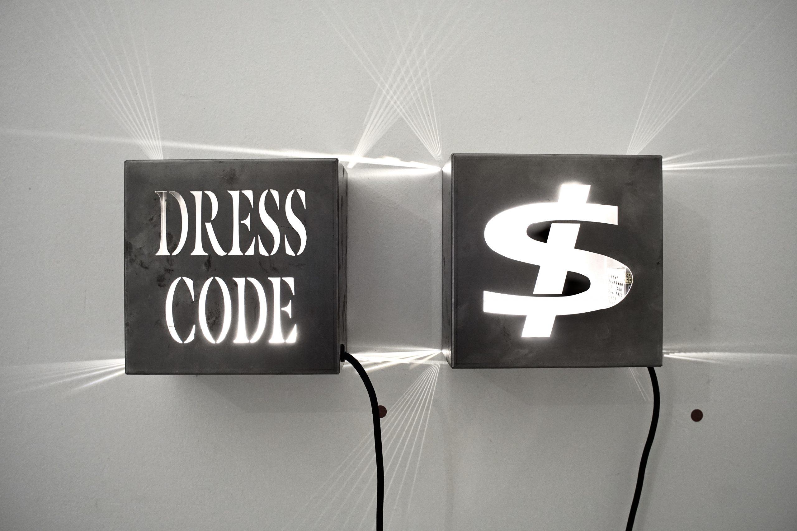 "<img src=""Marco-Piantoni-dress-code-1-scaled.jpg"" alt=""parole ufficio""/>"